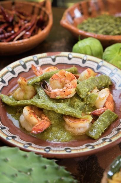 Camarones en salsa verde y nopales